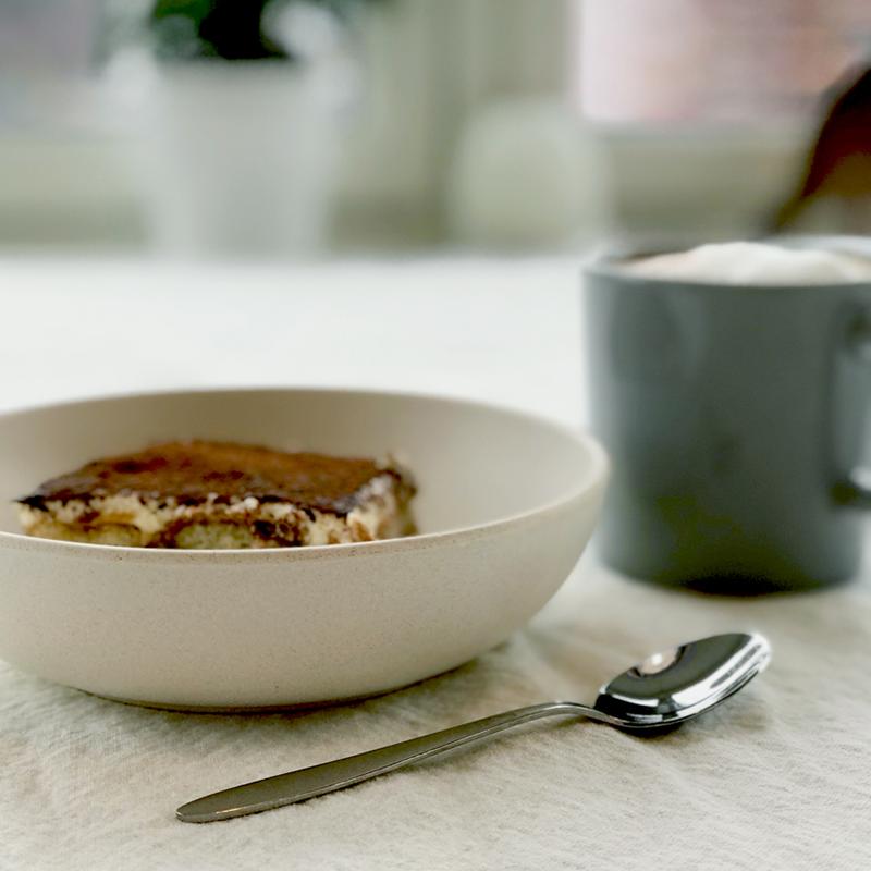 skål med et stykke tiramisú på et bord